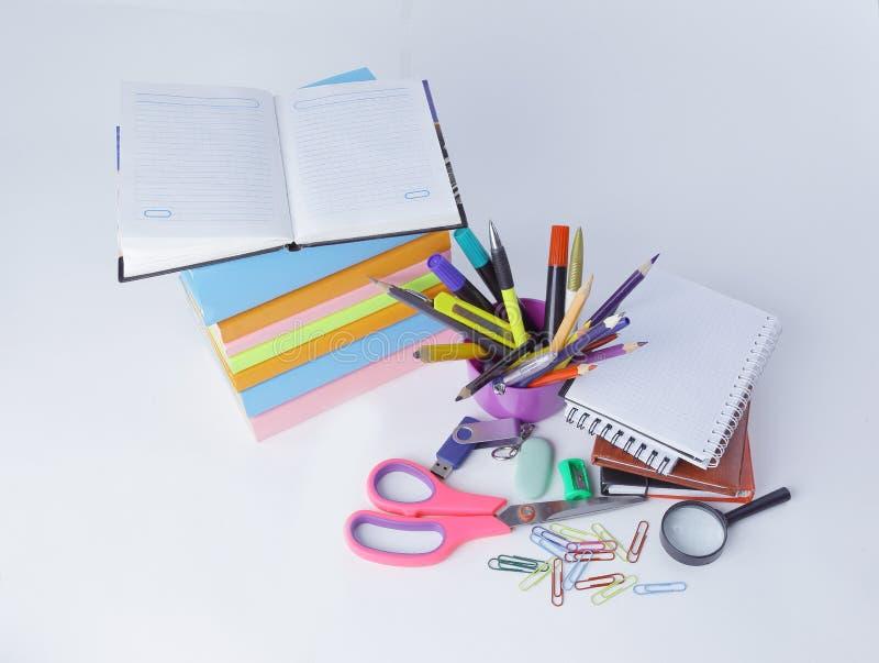 Abra o diário e as fontes de escola coloridas em um fundo branco foto de stock
