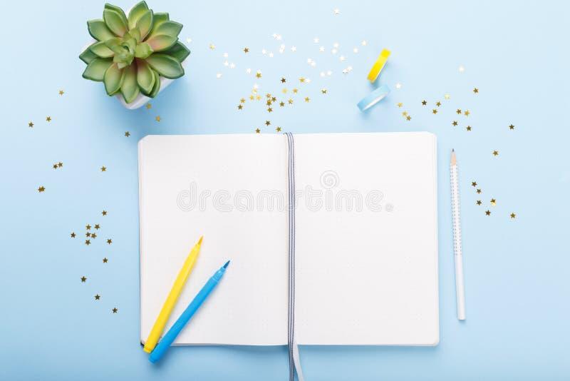 Abra o diário e os marcadores imagens de stock royalty free