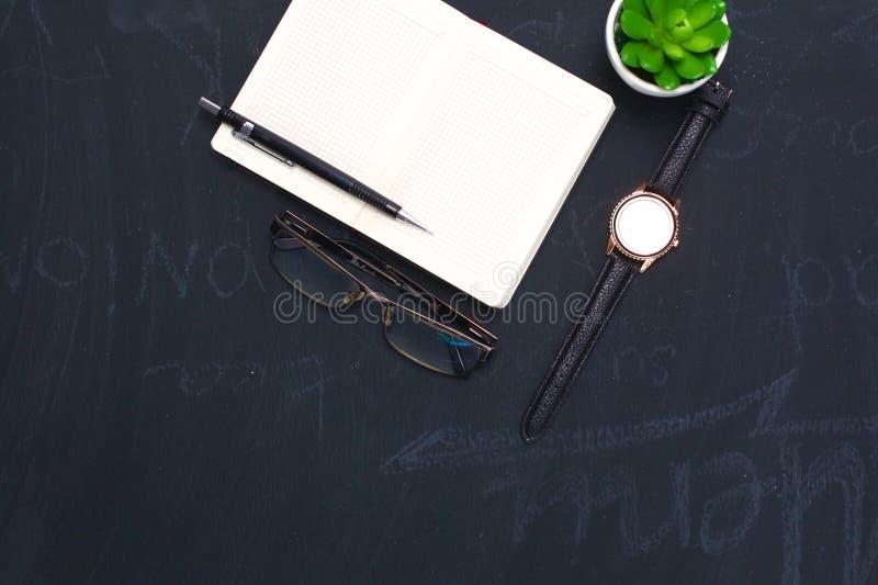 Abra o diário, um computador e um smartphone no desktop no escritório foto de stock