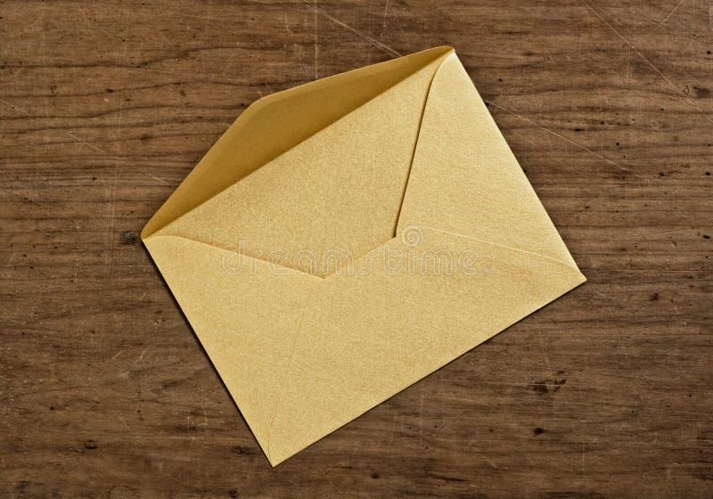 Abra o envelope dourado. imagens de stock royalty free