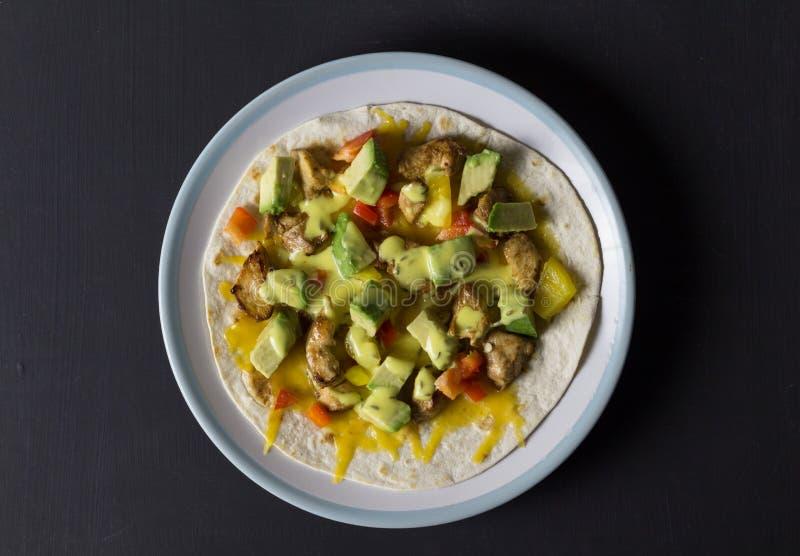 Abra o envoltório com galinha, abacate e pimentas fotografia de stock royalty free