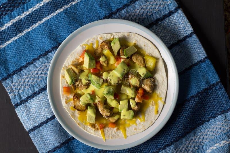 Abra o envoltório com galinha, abacate e pimentas - vista superior fotos de stock
