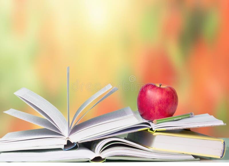 Abra o fundo vermelho da educação escolar da maçã dos livros imagem de stock royalty free