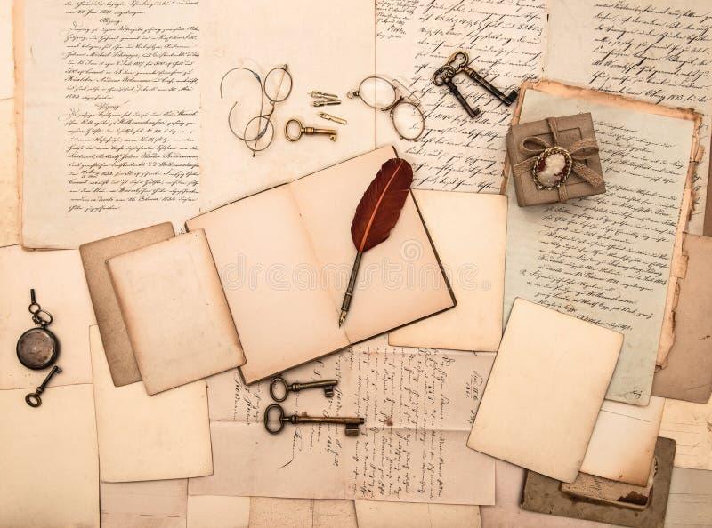 Abra o livro, acessórios do vintage, letras, originais foto de stock royalty free