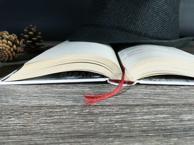 Abra o livro branco na textura de madeira fotografia de stock royalty free