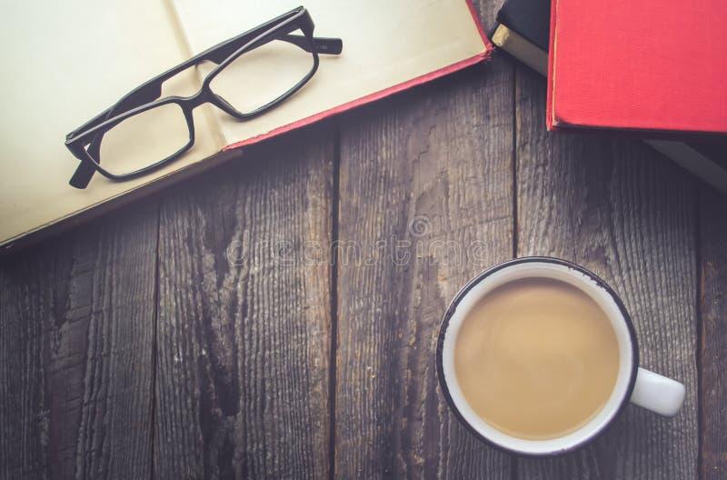 Abra o livro com café e vidros no fundo de madeira com cópia fotografia de stock royalty free