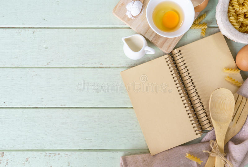 Abra o livro da receita na tabela de madeira verde com espaço da cópia fotografia de stock