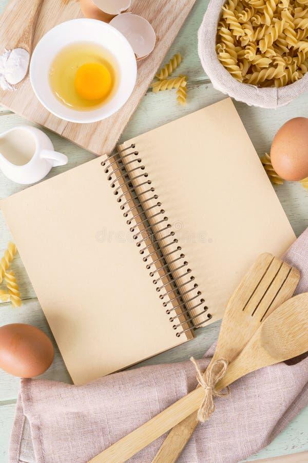 Abra o livro da receita na tabela de madeira verde com espaço da cópia fotos de stock royalty free