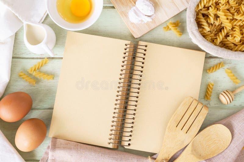 Abra o livro da receita na tabela de madeira verde com espaço da cópia foto de stock royalty free