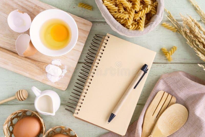 Abra o livro da receita na tabela de madeira verde com espaço da cópia imagens de stock royalty free