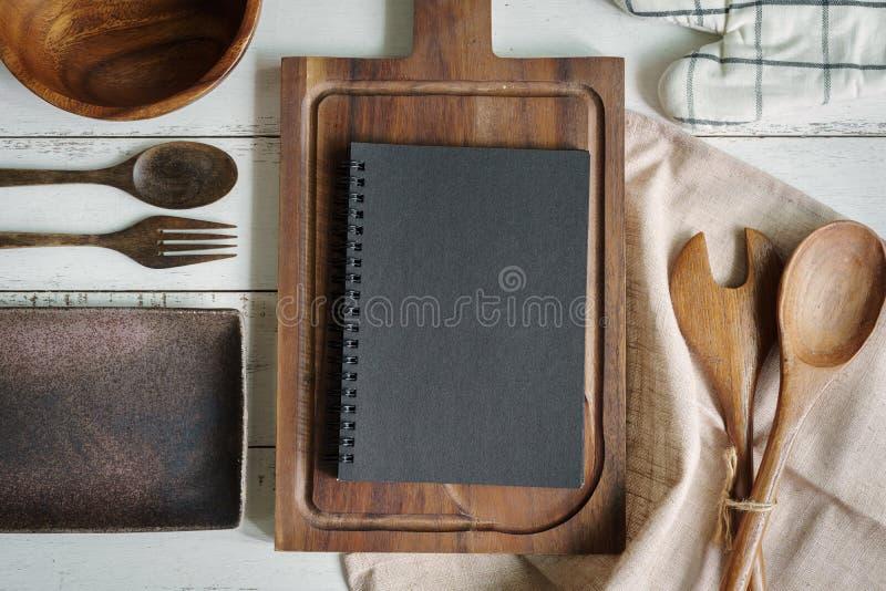 Abra o livro da receita na tabela de madeira verde com espaço da cópia imagem de stock royalty free