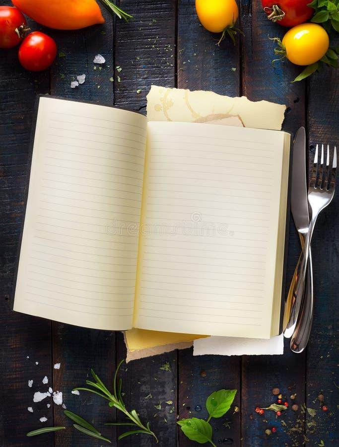 Abra o livro da receita no backgroun de madeira fotografia de stock