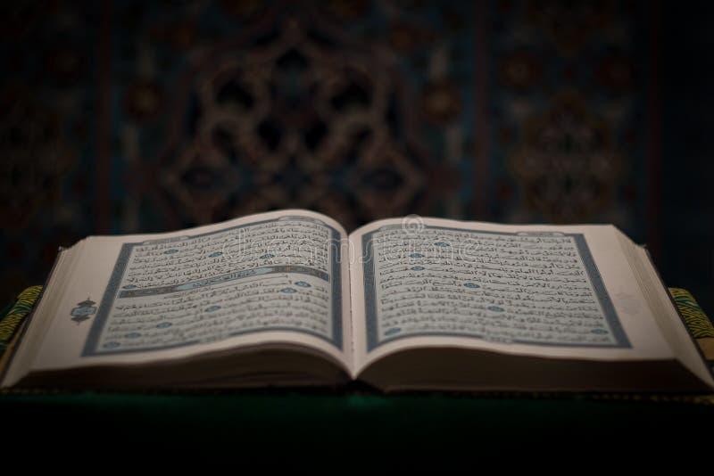 Abra o livro do Corão - Alcorão com a mesquita no fundo fotos de stock