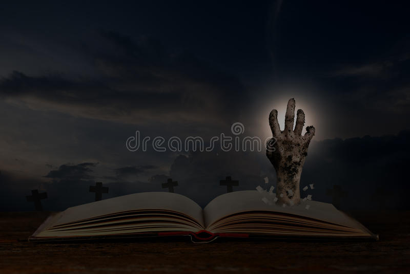 Abra o livro do Dia das Bruxas fotografia de stock royalty free