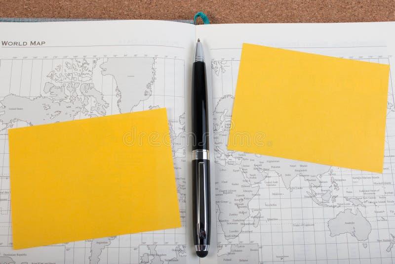 Abra o livro do mapa do diário do negócio com o mapa do mundo com pena fotografia de stock