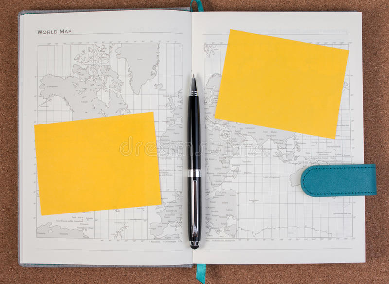 Abra o livro do mapa do diário do negócio com o mapa do mundo com pena imagens de stock royalty free