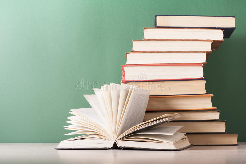 Abra o livro, livros do livro encadernado na tabela de madeira Fundo da educação De volta à escola Copie o espaço para o texto imagem de stock royalty free