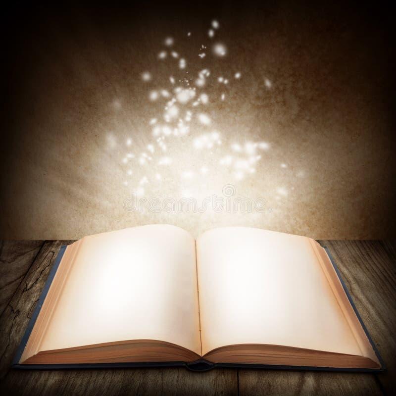 Abra o livro mágico imagens de stock royalty free