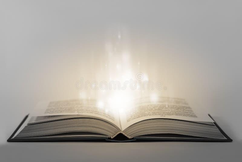 Abra o livro mágico foto de stock