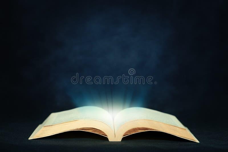 Abra o livro m?gico com luz imagens de stock