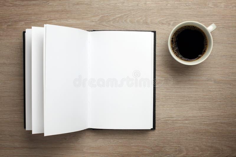 Abra o livro na mesa de escritório imagens de stock royalty free