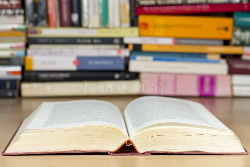 Abra o livro na mesa de madeira foto de stock royalty free