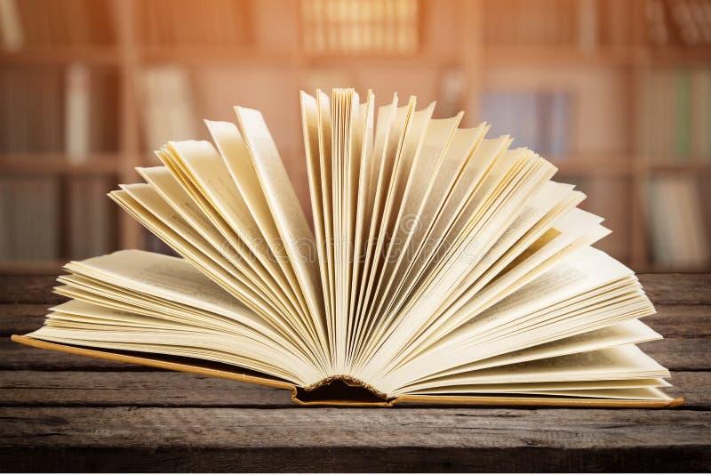 Abra o livro na plataforma de madeira imagens de stock