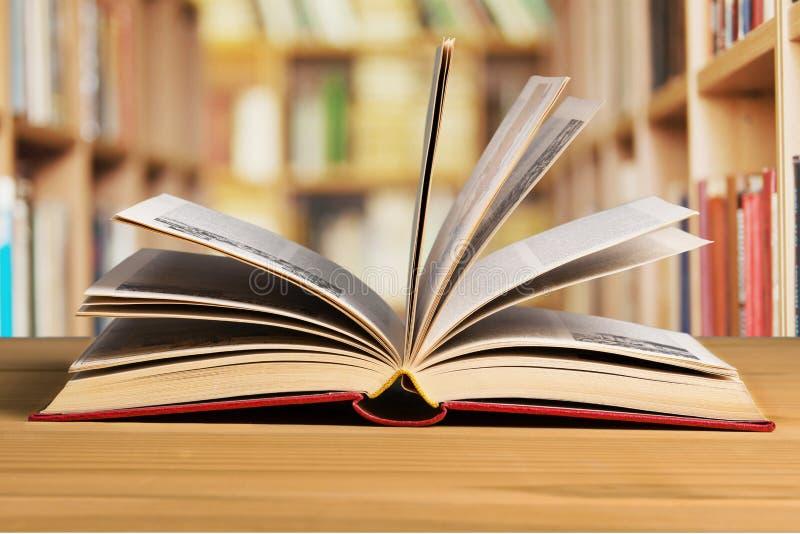 Abra o livro na tabela, opinião do close-up imagens de stock