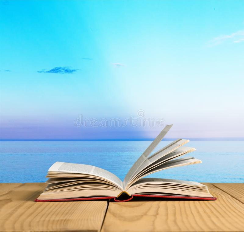 Abra o livro na tabuleta imagens de stock royalty free