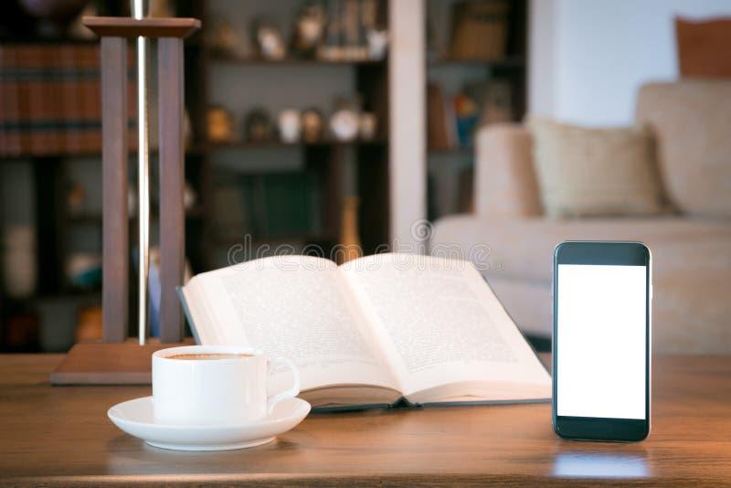 Abra o livro, o telefone celular e o copo com café sobre a tabela de madeira, imagem filtrada retro imagem de stock