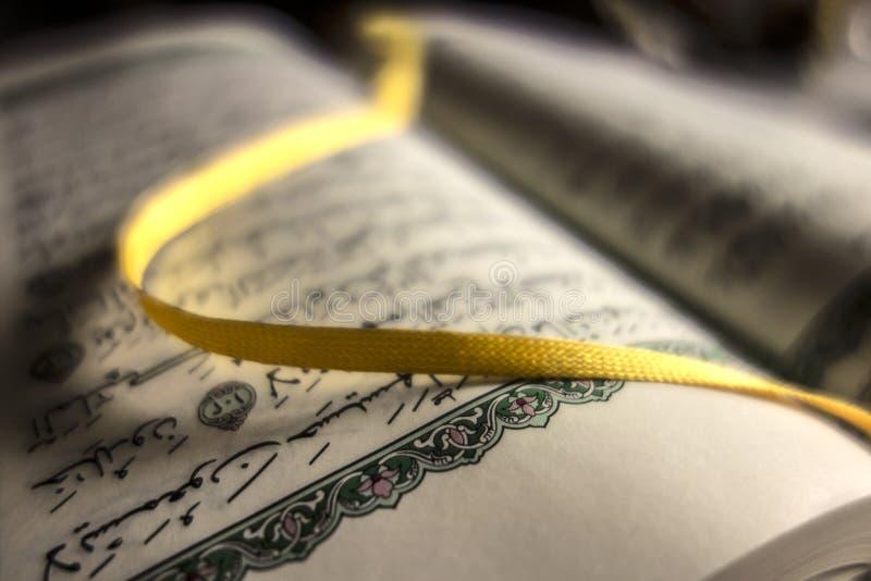 Abra o livro santamente do Alcorão fotografia de stock royalty free