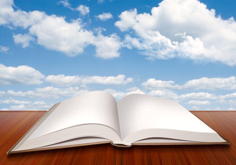 Abra o livro vazio com páginas vazias e o céu azul ilustração stock