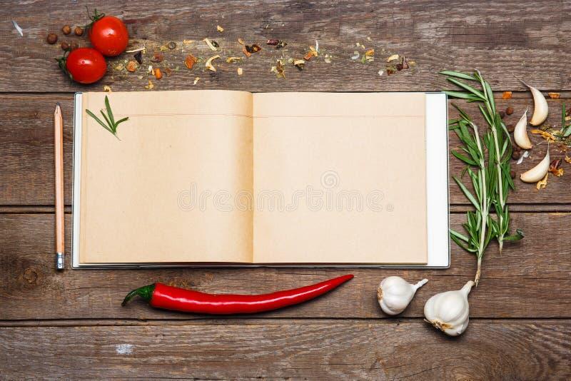 Abra o livro vazio da receita no fundo de madeira marrom fotos de stock royalty free