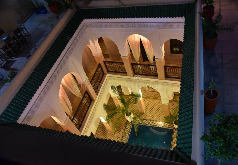 Abra o pátio da casa marroquina imagens de stock