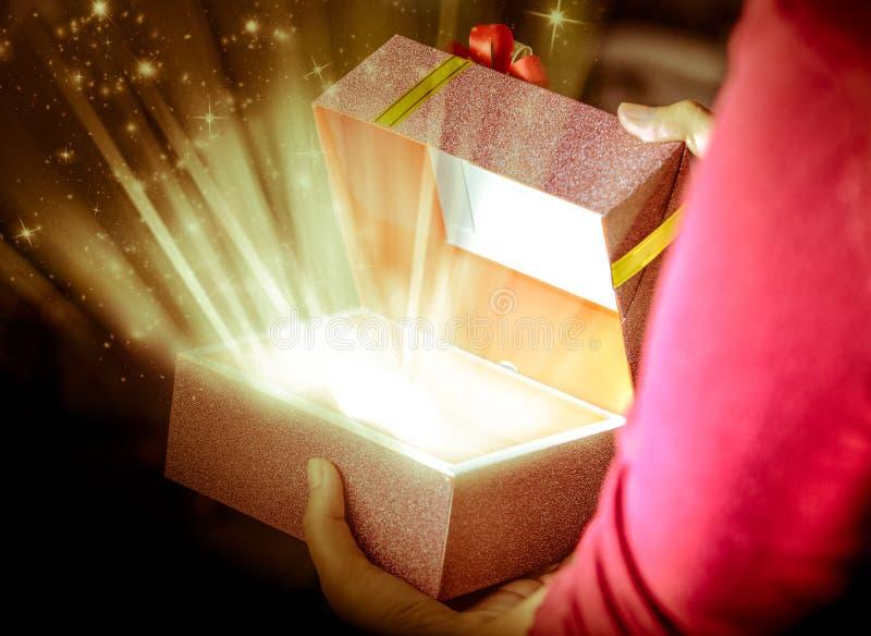 Abra o presente da caixa imagens de stock royalty free