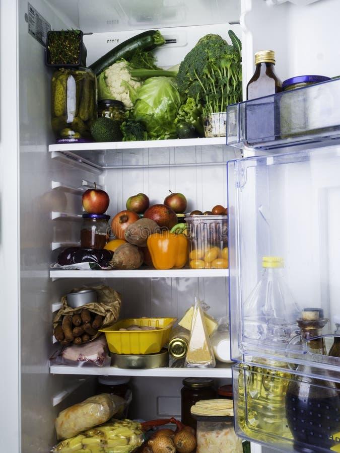Abra o refrigerador enchido com o alimento foto de stock