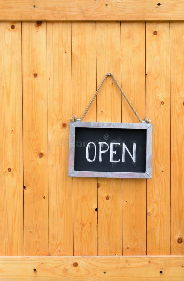 Abra o sinal na porta de madeira fotografia de stock