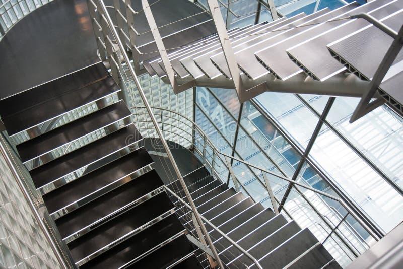 Abra o vão das escadas em um prédio de escritórios moderno fotografia de stock royalty free