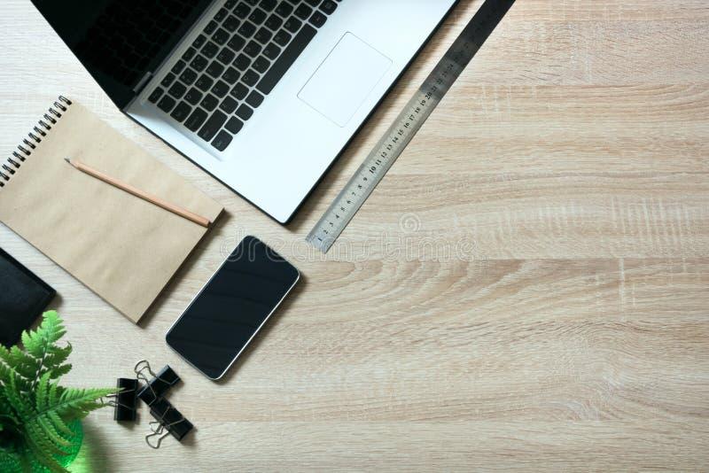 Abra objetos do portátil e do messthetics na tabela de madeira da mesa do escritório Vista superior fotografia de stock