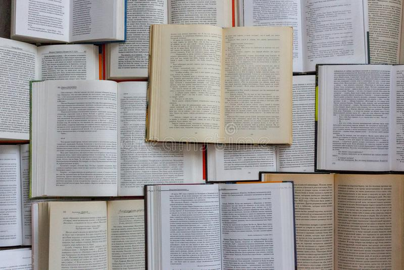 Abra a opinião superior dos livros Conceito da biblioteca e da literatura Fundo da educação e do conhecimento imagem de stock royalty free