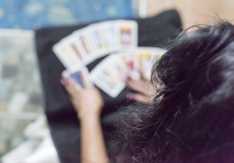 abra os cartões de tarô na noite de Dia das Bruxas fotografia de stock royalty free