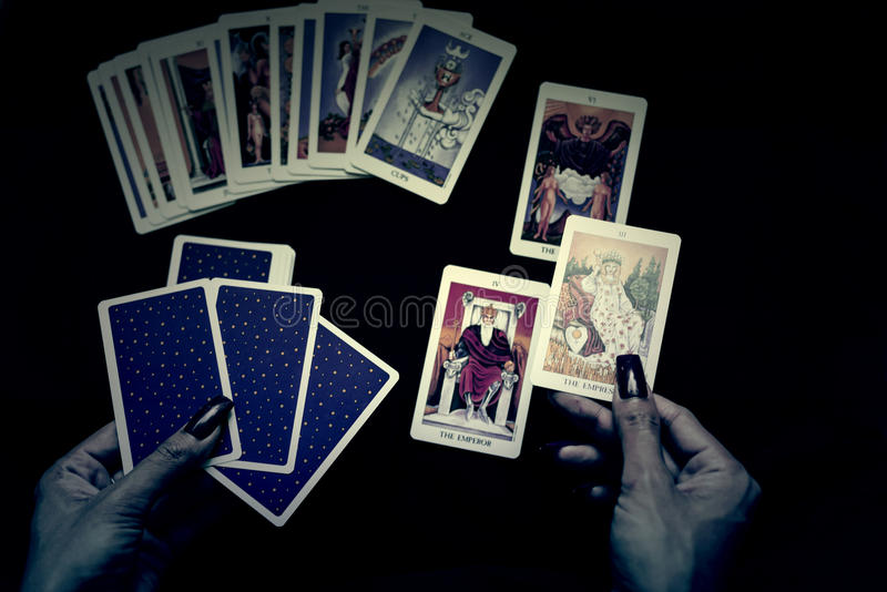 abra os cartões de tarô na noite de Dia das Bruxas foto de stock