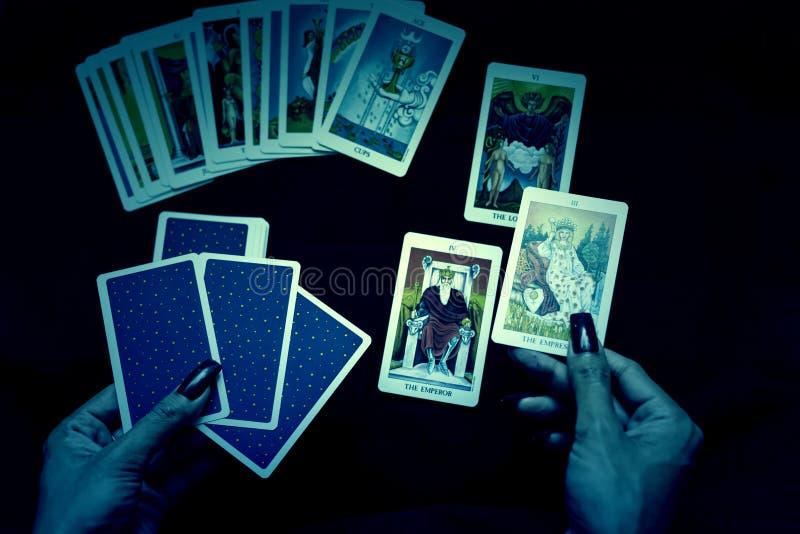 abra os cartões de tarô na noite de Dia das Bruxas fotos de stock royalty free