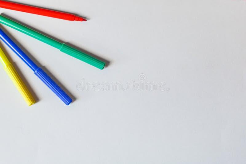 Abra os marcadores coloridos isolados no fundo branco fotografia de stock royalty free
