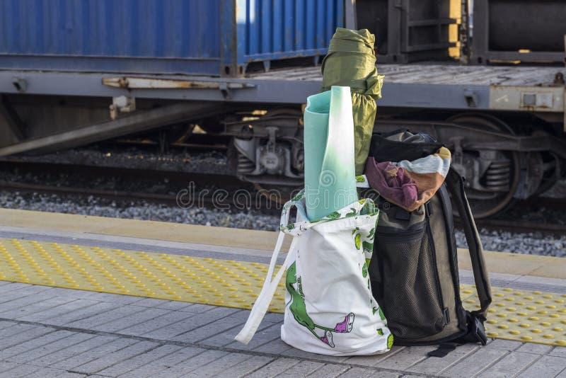 Abra a perspectiva disparada do saco do viajante na estação de trem fotos de stock