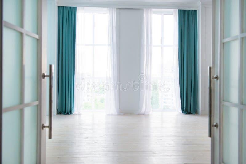 Abra a porta à sala com grandes janelas fotos de stock