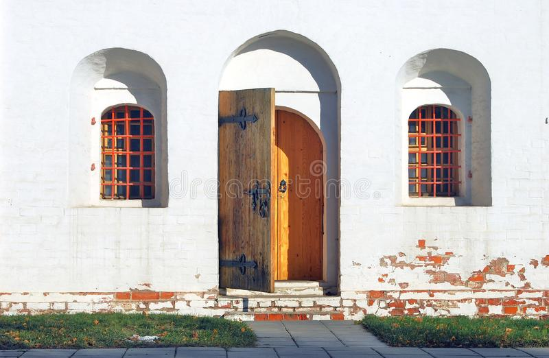 Abra a porta de madeira Convento de Novodevichy em Moscovo fotografia de stock royalty free