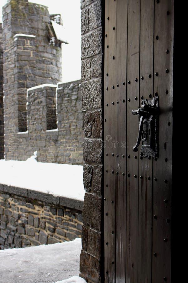 Abra a porta de madeira do vointage no castelo medieval Entrada de madeira estreita para fortificar a jarda com paredes de tijolo imagem de stock