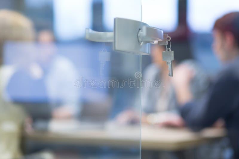 Abra a porta de vidro com chaves foto de stock