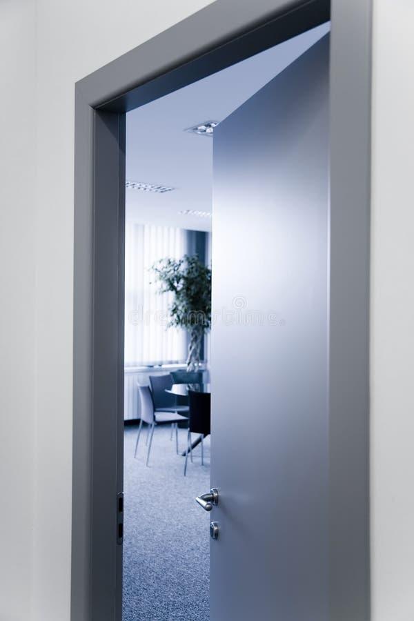 Abra a porta do escritório imagens de stock